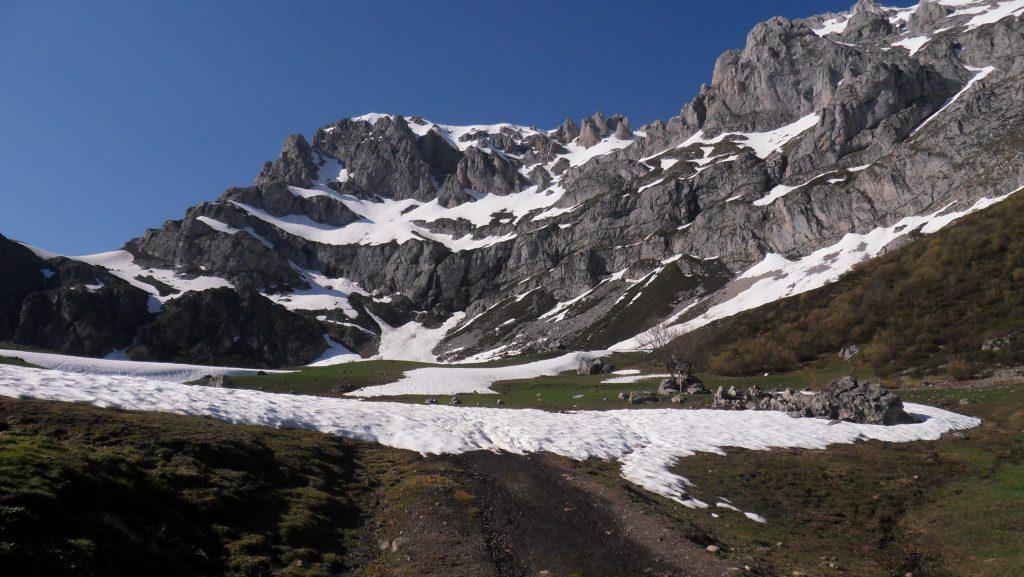 Vega de Llos con nieve (Valdeón)